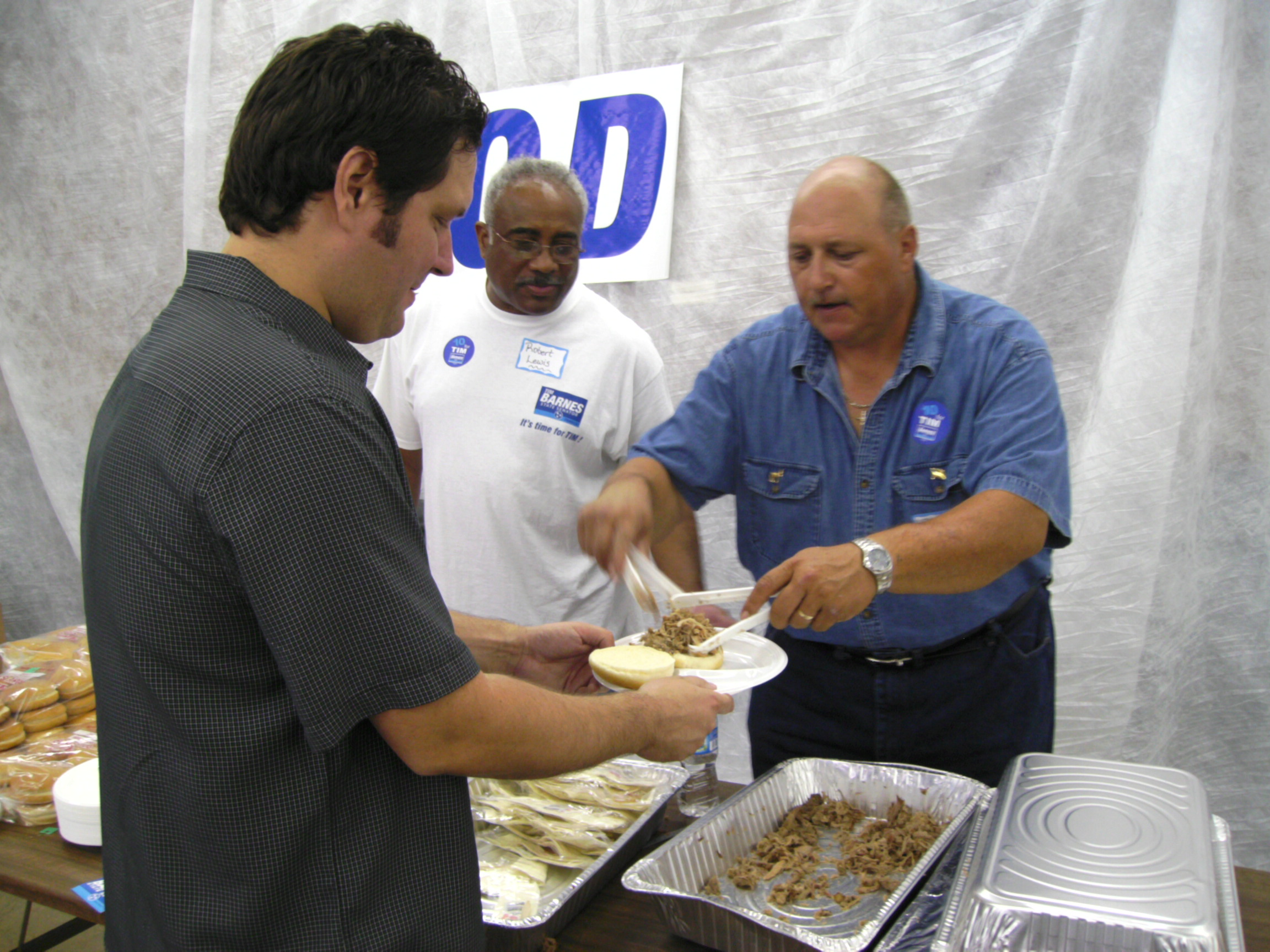 Union members serve meal