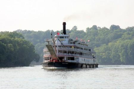 The Delta Queen steams into Clarksville