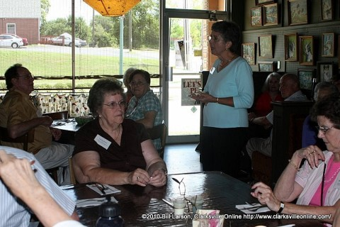 Dottie Mann addresses the tour participants during lunch at the Lovin' Spoonful Cafe