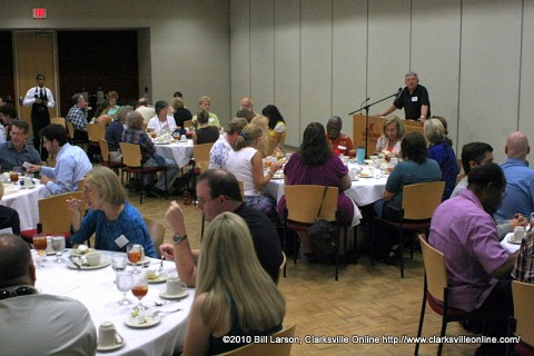 Howard Winn addressing the attendees at the 2010 Writer's Conference Friday Luncheon