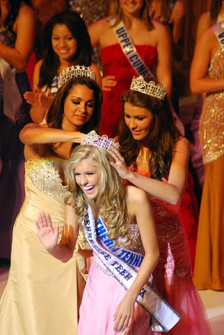 Miss Tennessee Teen USA Kaitlin White receives her crown from former Miss Tennessee USA Kristen Rose.