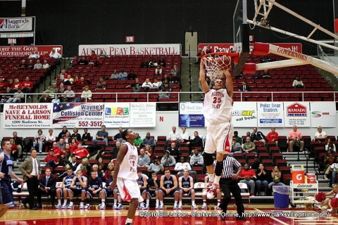 Anthony Campbell dunking the ball