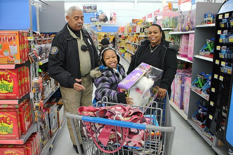 Officer Booker Dailey helping a young shopper. (Photo by CPD-Jim Knoll)