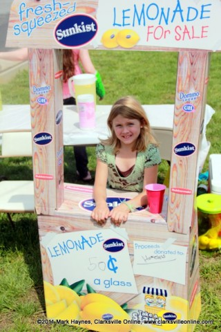 Yuriko Wofford selling lemonade to help the homeless.