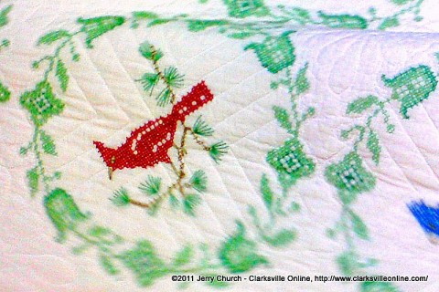 Colorful birds decorates this lovely quilt