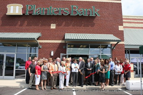 Planters Bank CEO Elizabeth McCoy cuts the ribbon opening their newest location