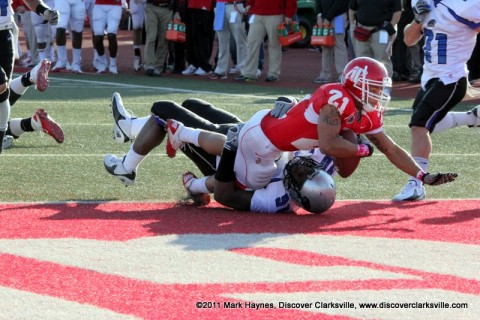 Ryan White takes it in from eight yards out for a Governors touchdown.