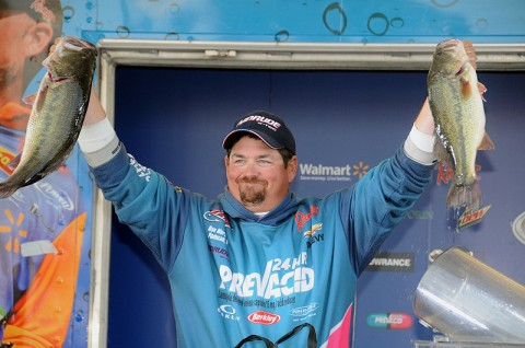 Dan Morehead shows off his winning fish caught on an Alabama rig. (Photo by Rob Newell)