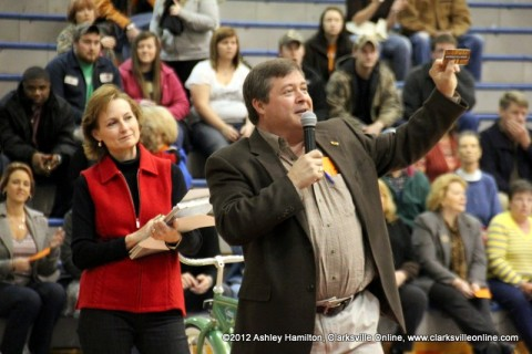 Auctioneer Neal Trice takes bids on a gift certificate for a dinner for two to the Golden Coral.