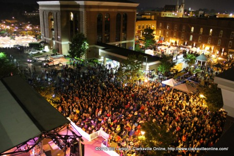 The crowd gathered at the Public Square Stage for The Lost Trailers and Little Big Town