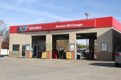 Valvoline Instant Oil Change collecting coats and blankets for Manna Cafe Ministries (Bill Larson Clarksville Online)