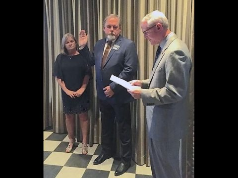 Jimmy Settle being sworn in as 2017 RLI National President-Elect, alongside his wife, Gail.