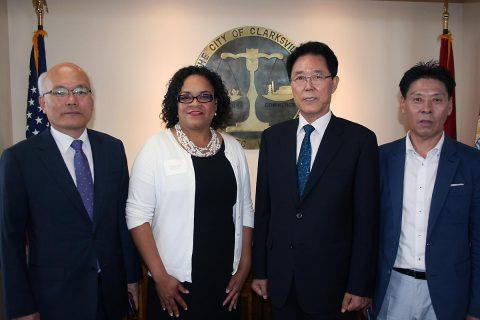 Clarksville Mayor Pro Tem Valerie Guzman helped welcome Gunpo Mayor Kim Yoon Joo and the Gunpo delegation to City Hall on September 7th.