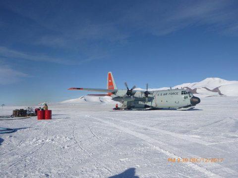 Ski-equipped C130 cargo plane at Shackleton Glacier camp. (Barbara Cohen)
