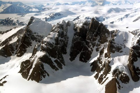 The Antarctic Peninsula from the air: although the mountains are plastered in snow and ice, measurements tell us that this region is losing ice at an increasing rate. (Pippa Whitehouse, University of Durham)