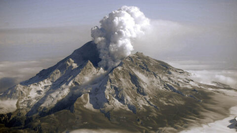 Eruption at Mount Redoubt in Alaska in 2009. (Game McGimsey, USGS)